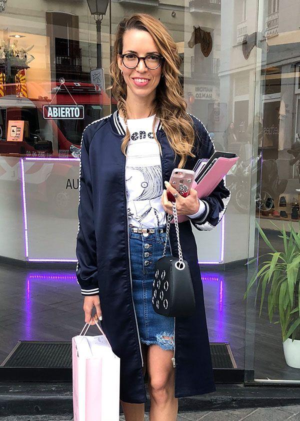 Romina haciendo compras por encargo